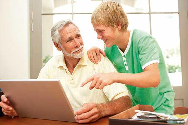 Los ancianos usan Whatsapp y Facebook para integrarse en la era digital